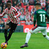 Iñaki Williams en un lance con Berenguer